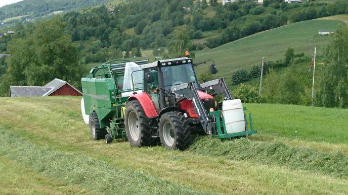 Traktor med presse